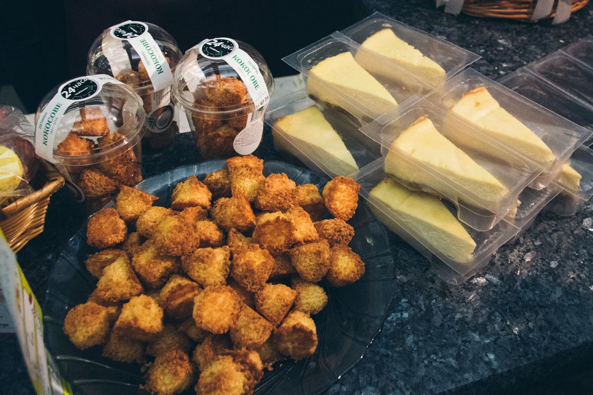 Кокосовые печенья по 39 гривен за 100 граммов, Чизкейк - 37 гривен