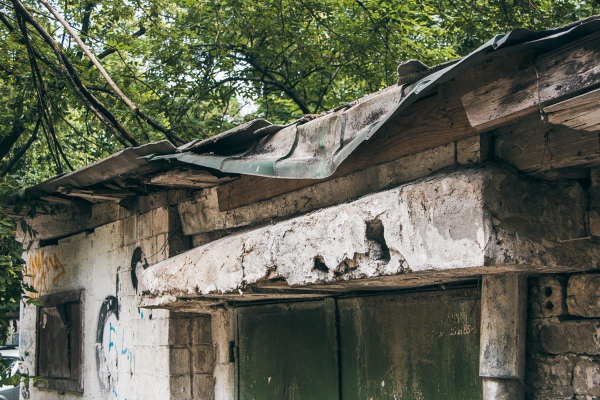 Ветки повредили крышу гаража