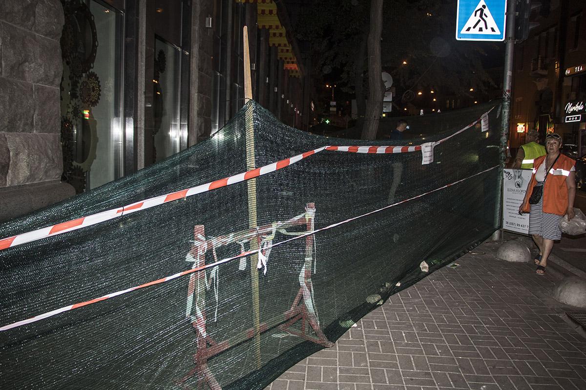 Место обвала фасада оградили защитной сеткой