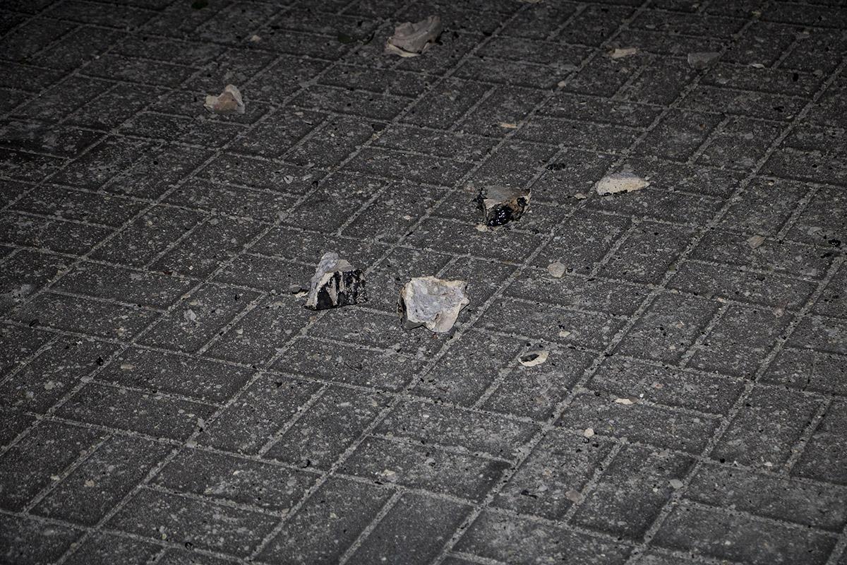 Куски балкона упали просто на тротуар