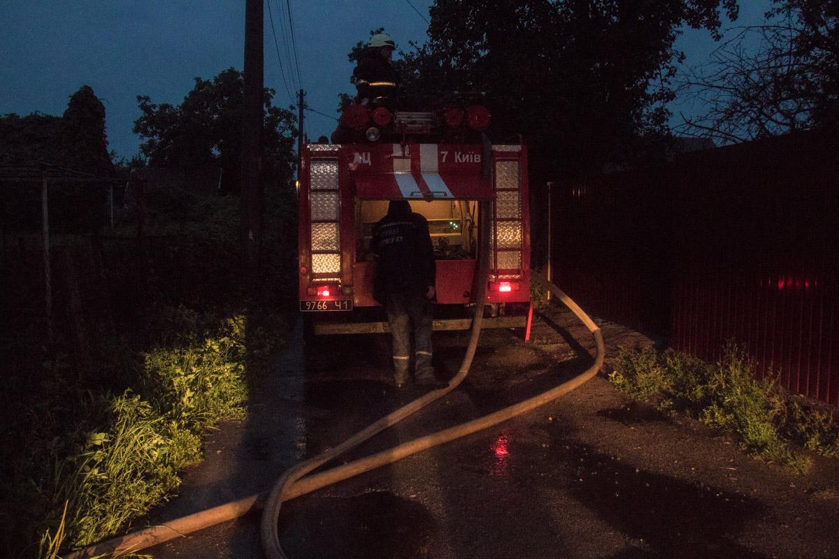 На месте работали пожарные, а также дежурили медики и полиция