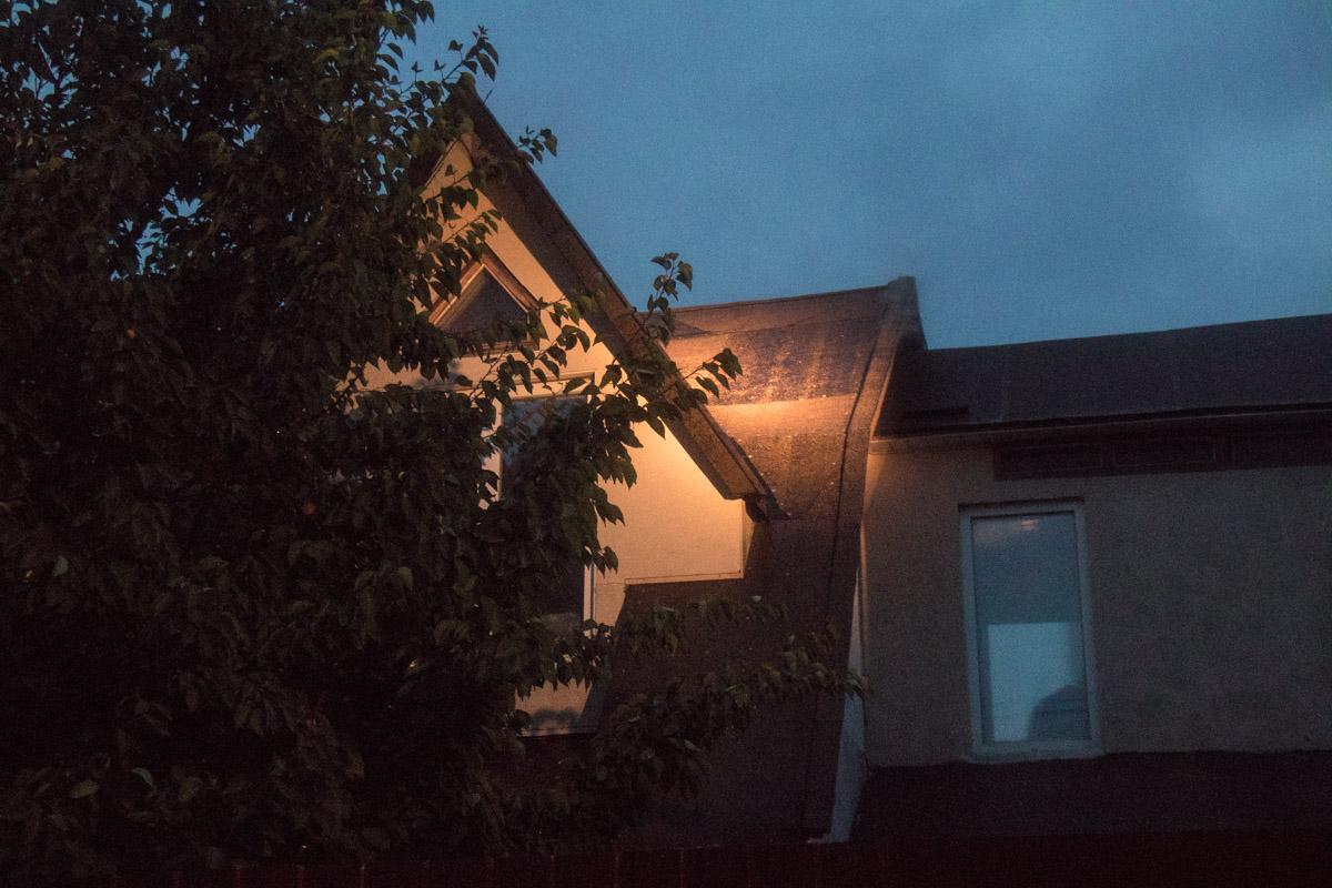 По словам жильцов соседнего дома, пожар начался в дымоходе