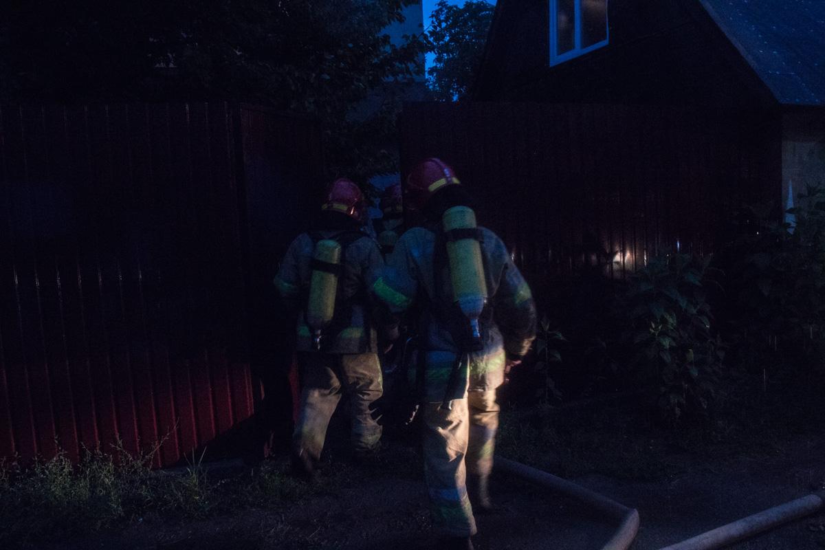 Предварительно, причиной возгорания стала молния, которая ударила в дымоход дома