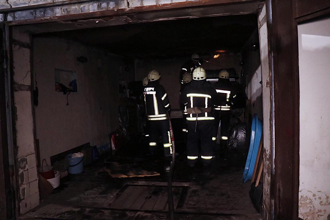 На место прибыли 2 пожарных машины, около 10 спасателей