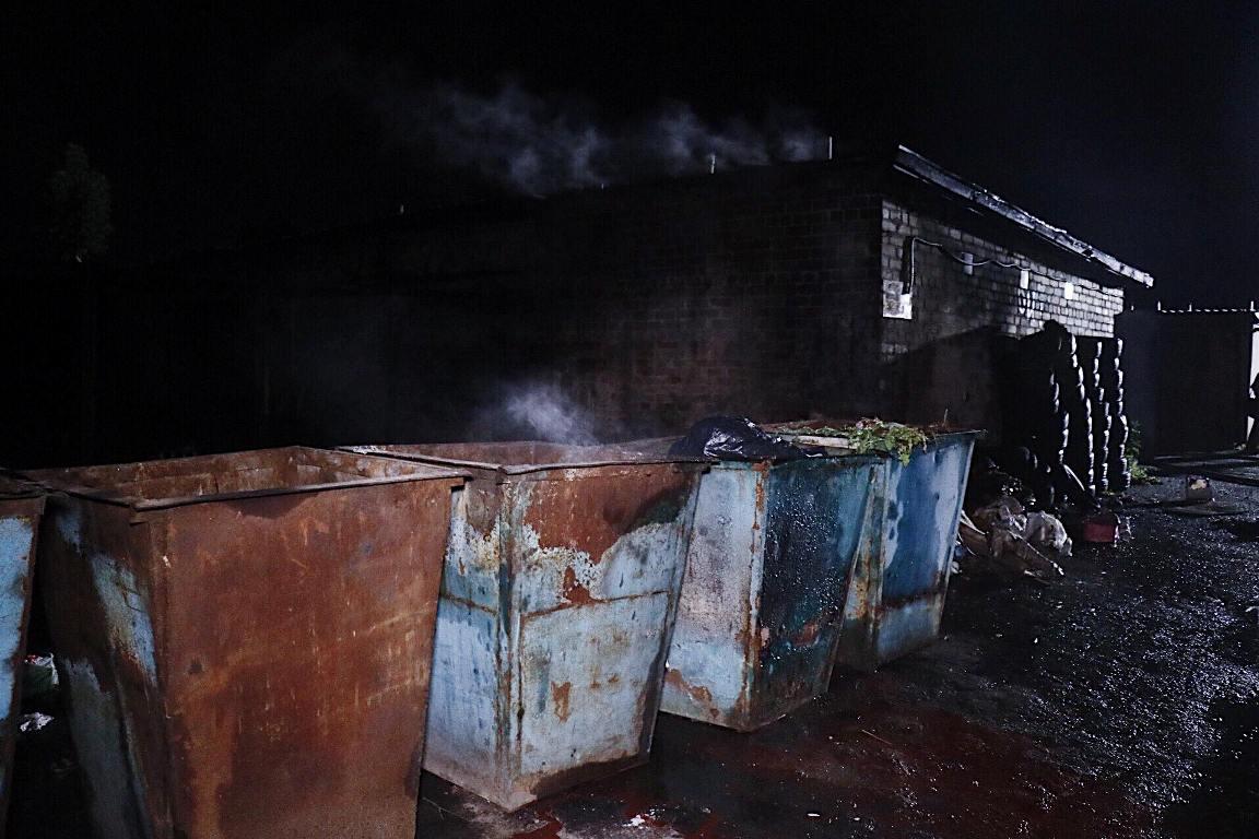 На территории гаражного кооператива загорелся мусор