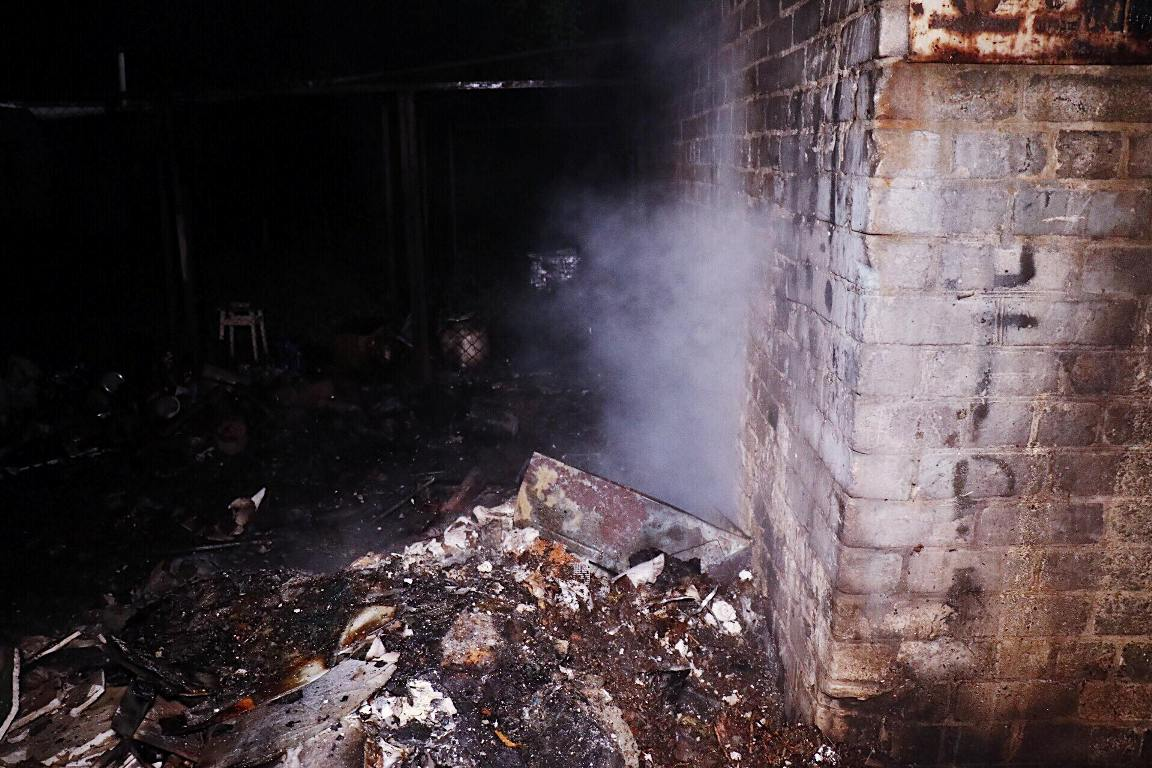 Огонь распространился на крышу соседнего гаража