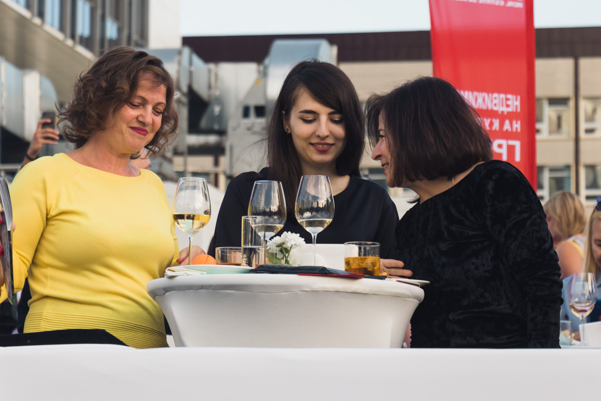 Гости пьют чачу, вино и пробуют грузинские блюда