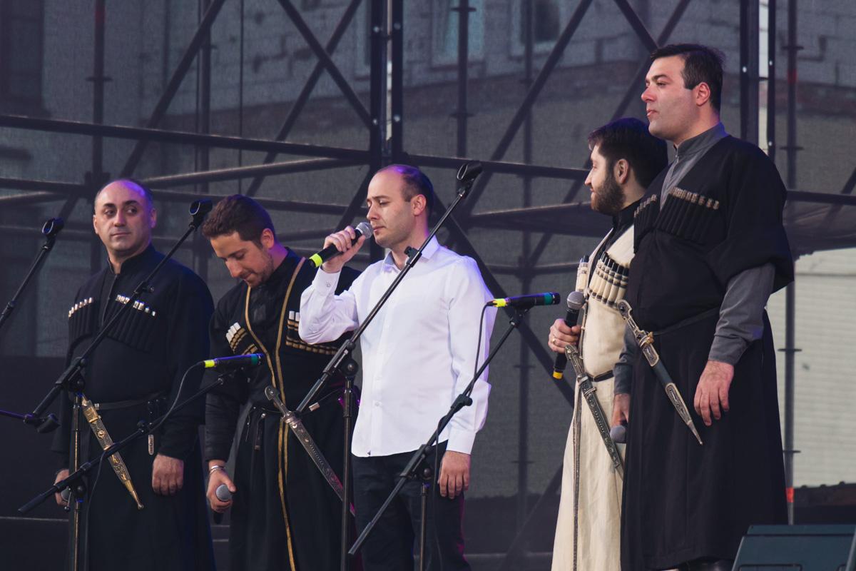 В атмосферу Грузии можно окунуться с головой благодаря зажигательным грузинским песням, танцам