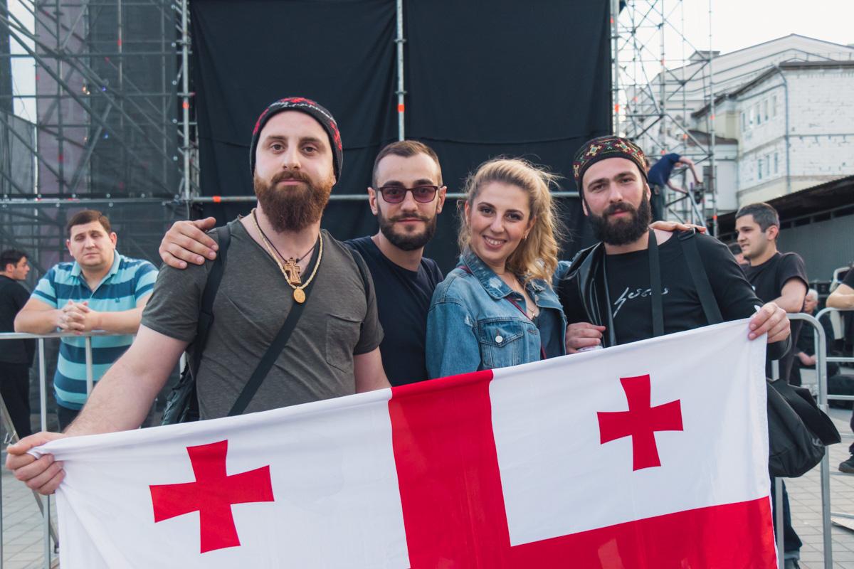 Фотографируются с флагом Грузии и грузинскими исполнителями