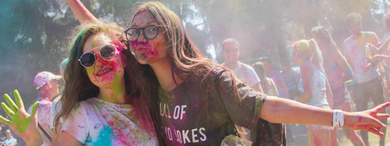 Километровые очереди под палящим солнцем и килограммы красок: в Киеве прошел фестиваль красок Холи