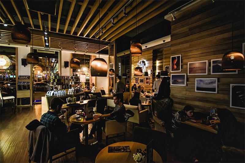Душевными разговорами ночью можно насладиться в кафе и ресторанах
