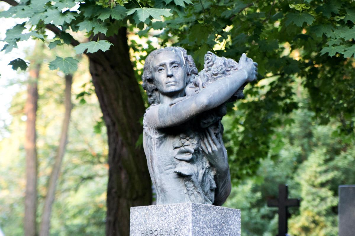 Скульптуры уже не выглядят ночными призраками