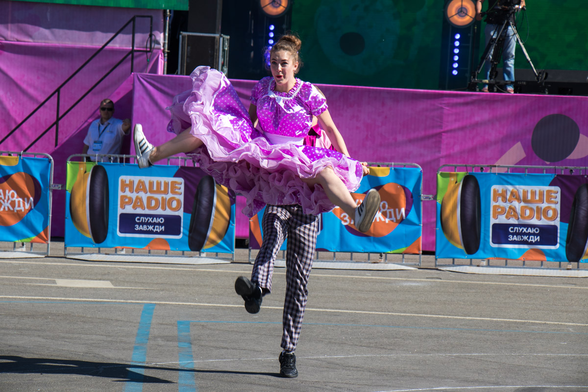Яркие костюмы и не менее яркие танцы