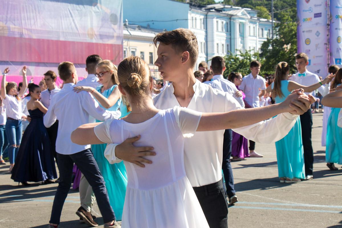 Первый Киевский вальс танцевали одновременно 1032 ребенка
