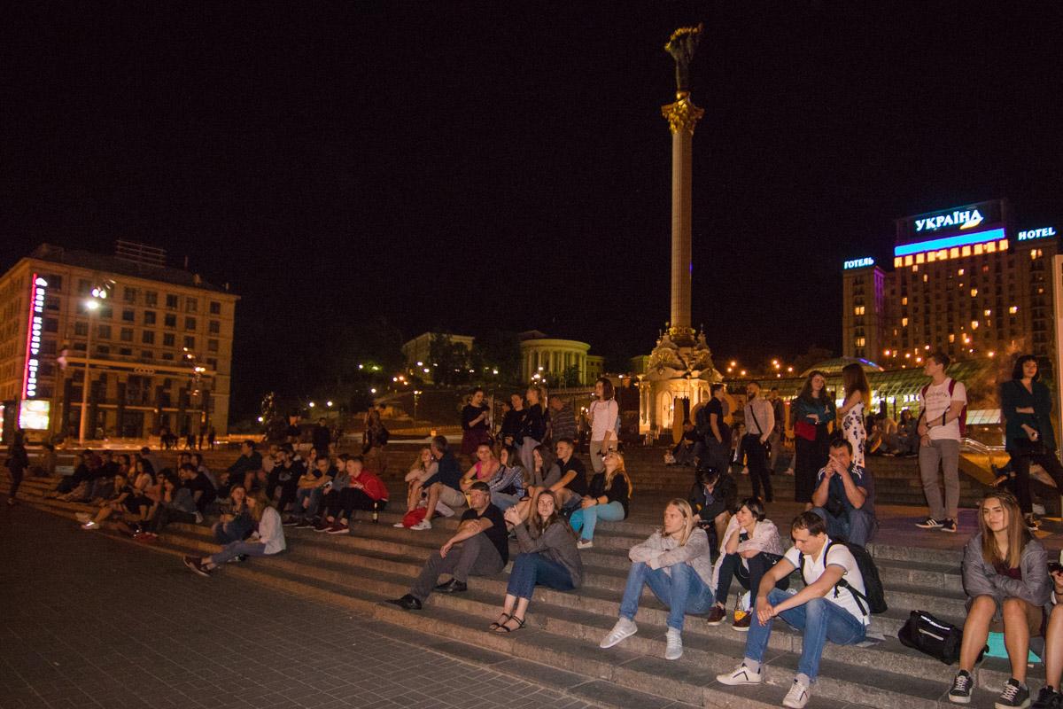 """На Майдане люди не """"парятся"""", а просто сидят и общаются на ступеньках"""