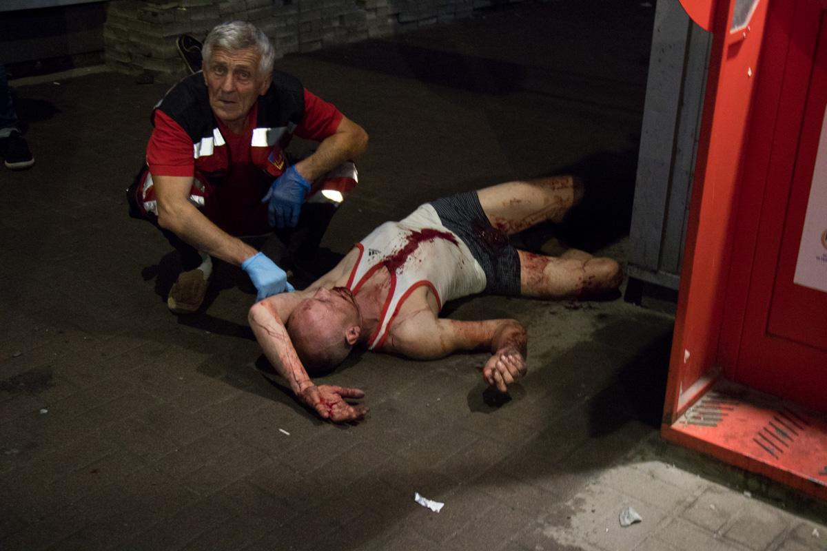 Мужчина лежал на тротуаре возле остановки общественного транспорта