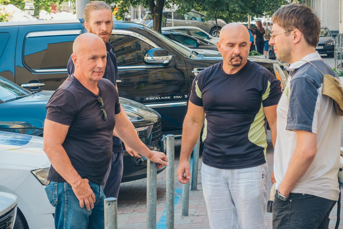 Владимир Борейко (слева) и активисты митинга «Оставь леса в покое»
