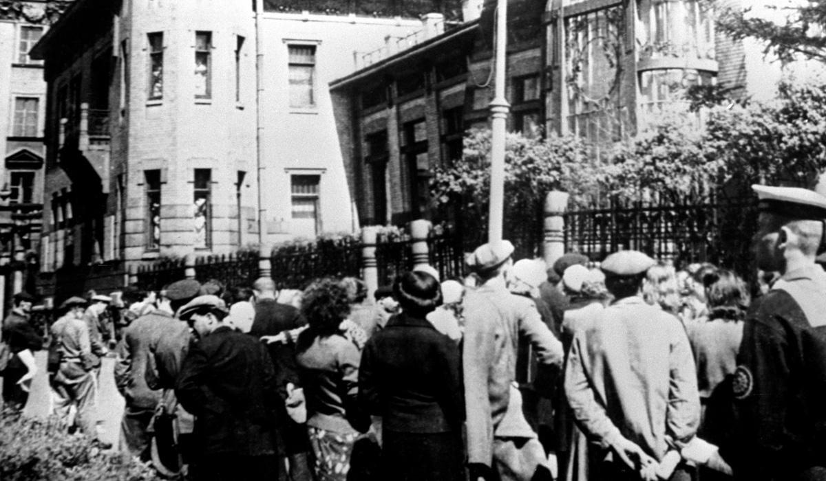Несмотря на масштабность вторжения, киевляне не сразу осознали всю опасность ситуации. В городе работали театры и цирк.