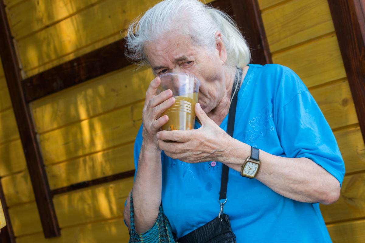 Пенсионеры с удовольствием ели ароматный суп