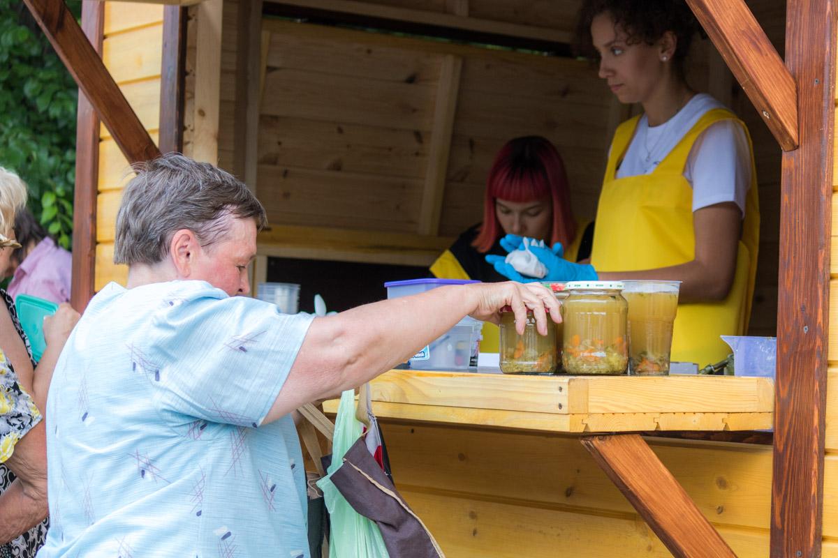 Каменских вместе с волонтерами расфасовывала обеды в тару и раздавала ее пожилым людям