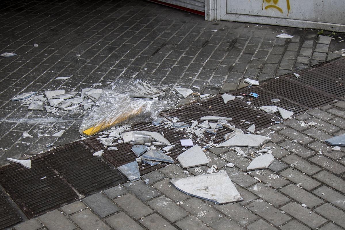Все, что упало с потолка, томно валяется под ногами прохожих