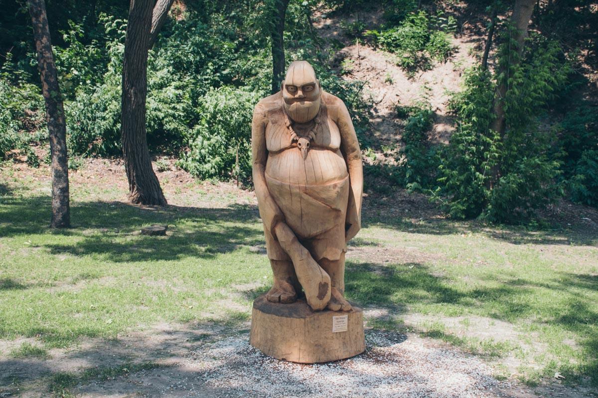 Всех пришедших встречает деревянная скульптура