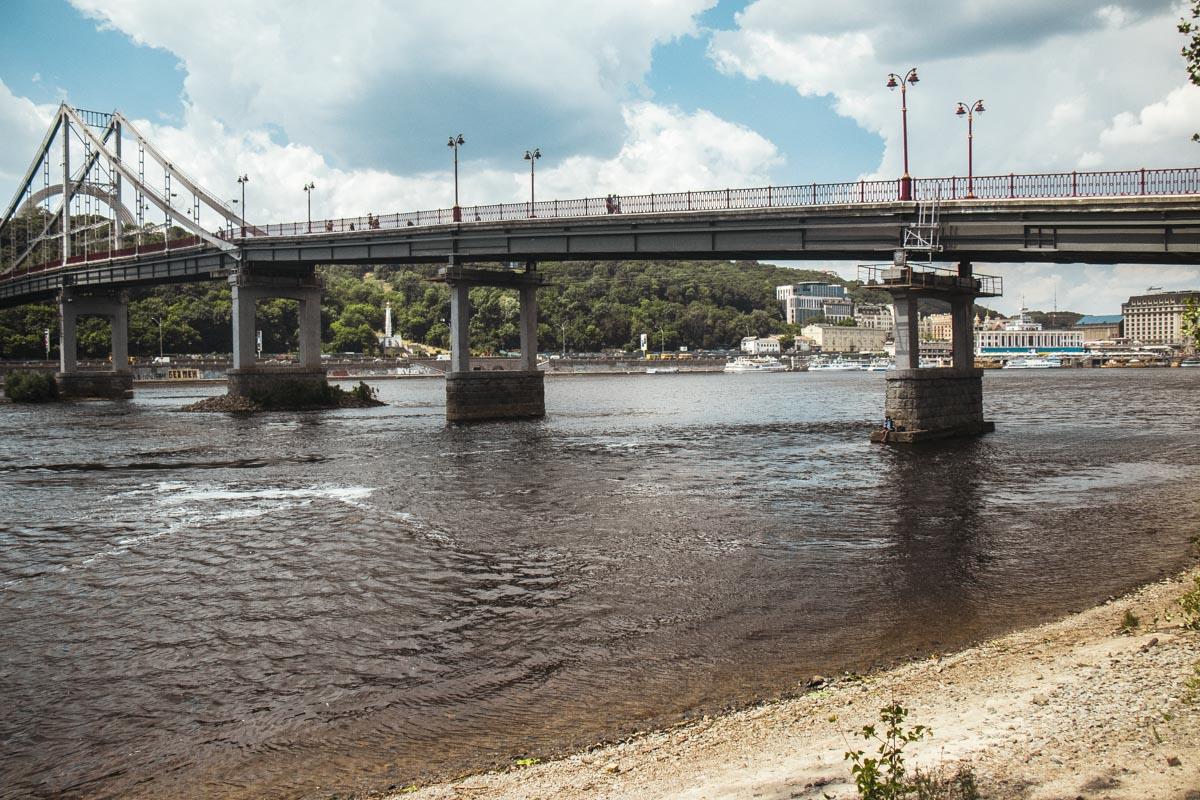 Несмотря на запрет купания у моста на остров, здесь регулярно испытывают судьбу рыбаки и горе-пловцы