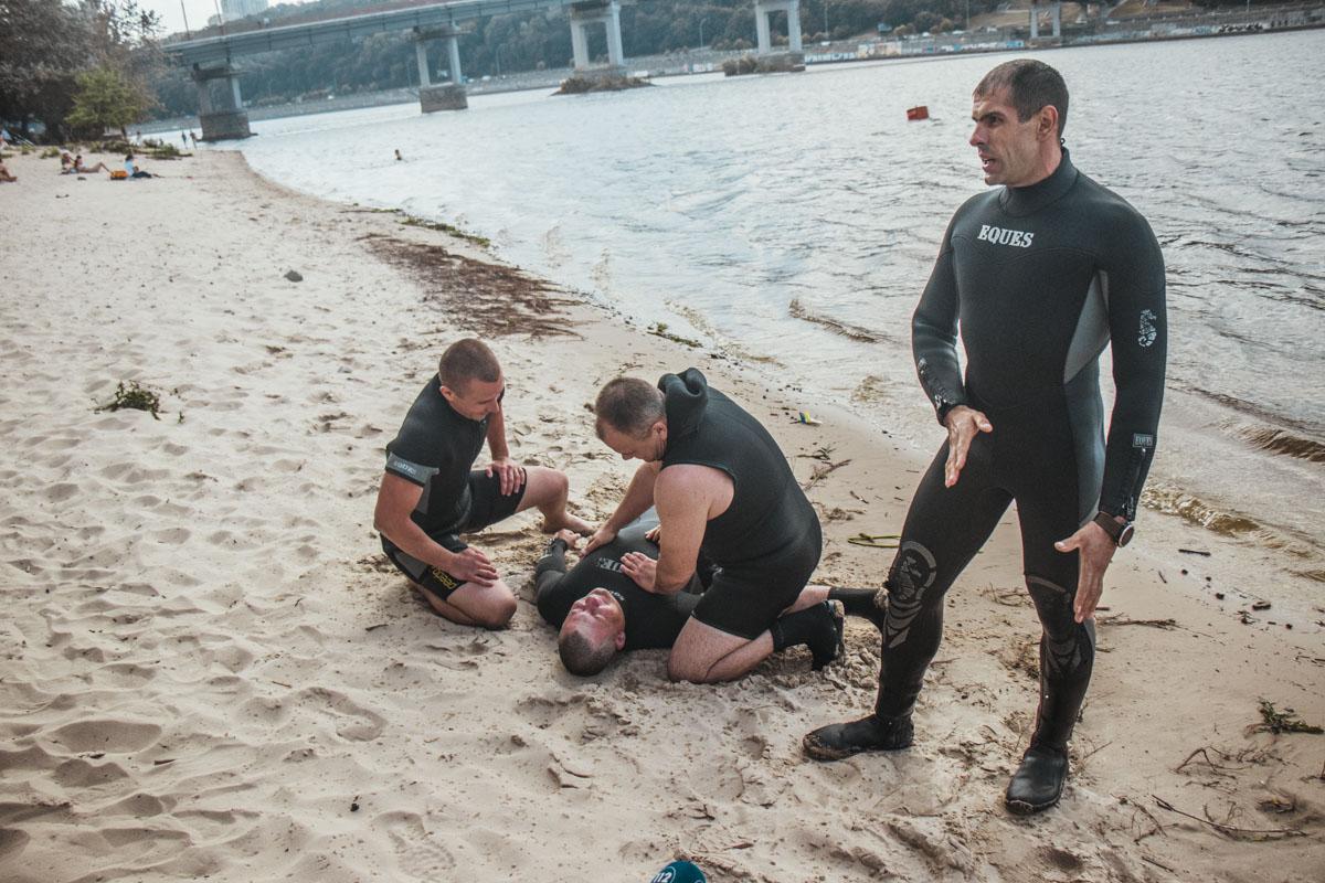 Спасатели показали приемы первой помощи утопленнику