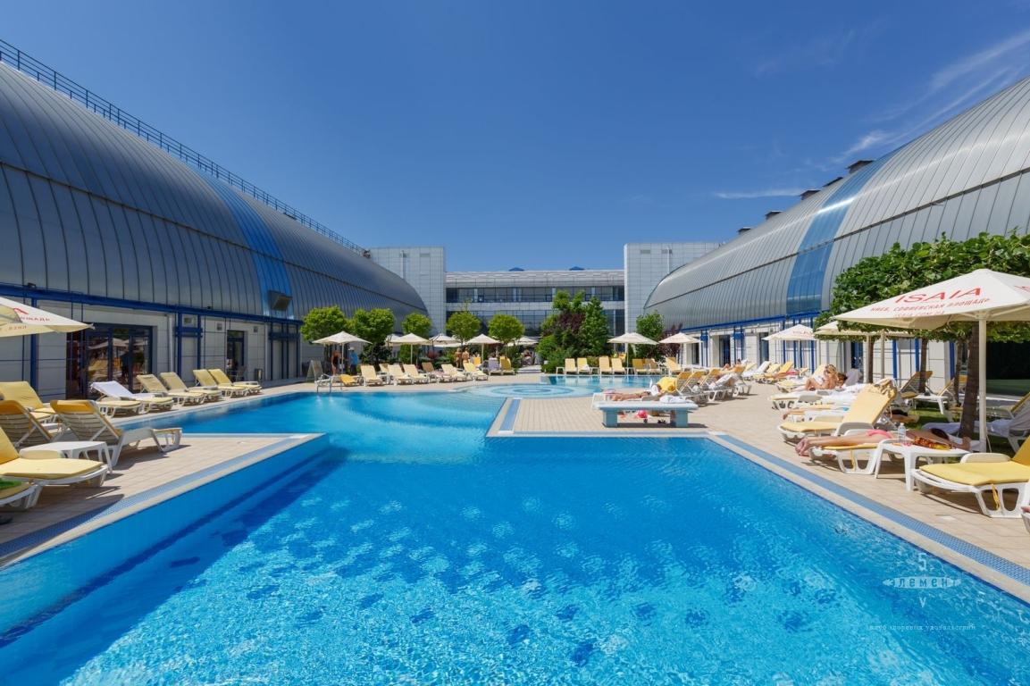 Отдохнуть и поплавать всегда можно в бассейнах столицы, которые открыты летом просто под небом