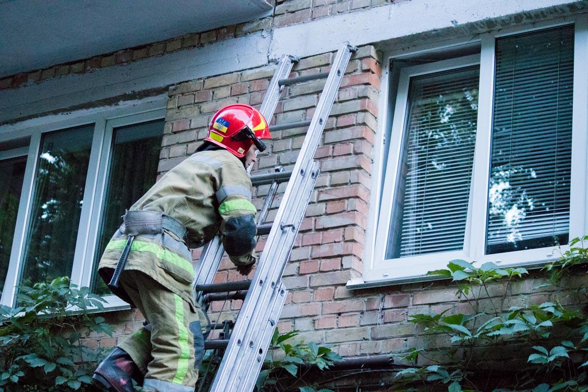 Спасатели вскрыли окно и проникли на кухню, где и локализовали очаг задымления.