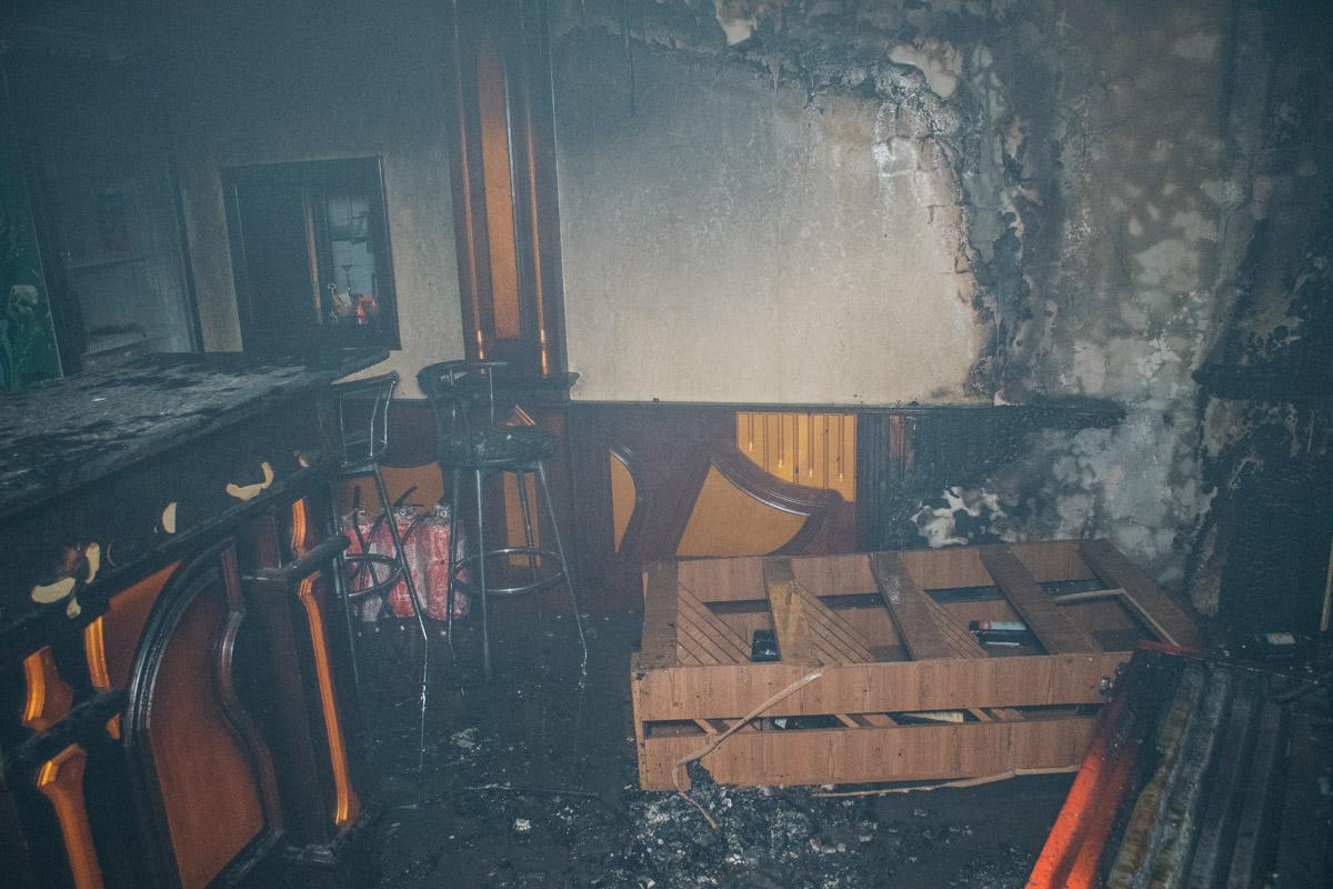 Также в помещении обгорели стены и мебель