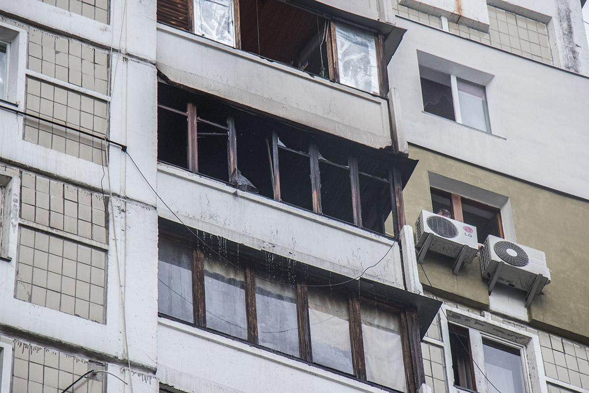 Огонь охватил балкон квартиры на 12 этаже