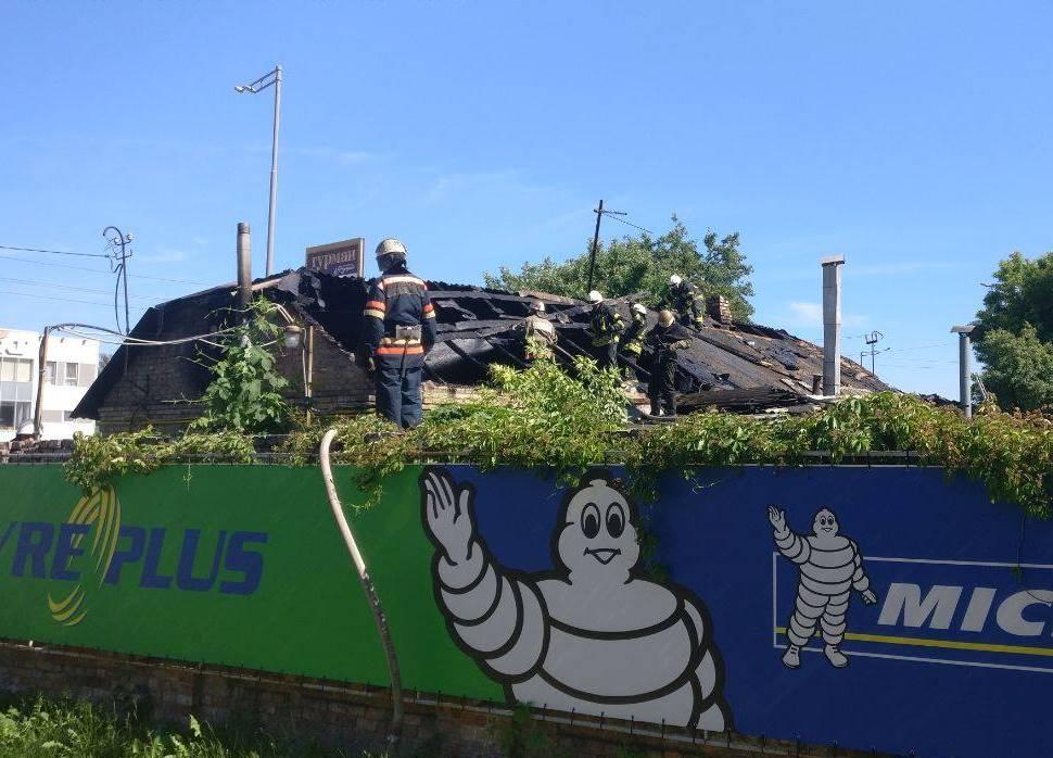 Спасатели разбирают крышу, чтобы пробраться внутрь и ликвидировать огонь