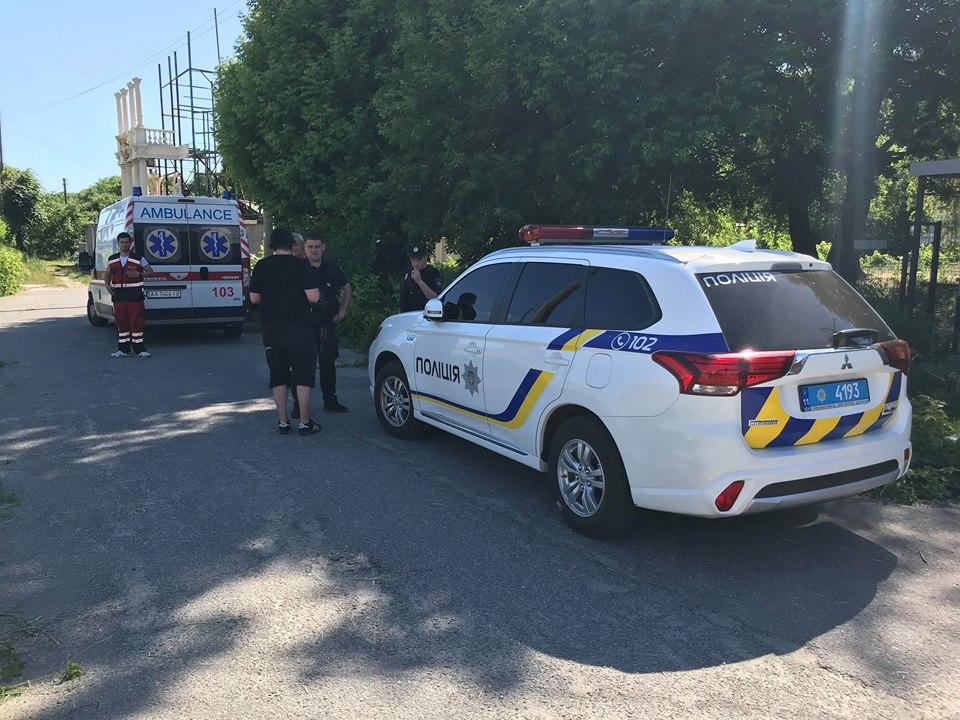 На место инцидента прибыли 7 специальных машин пожарной техники, полиция и машина скорой медпомощи