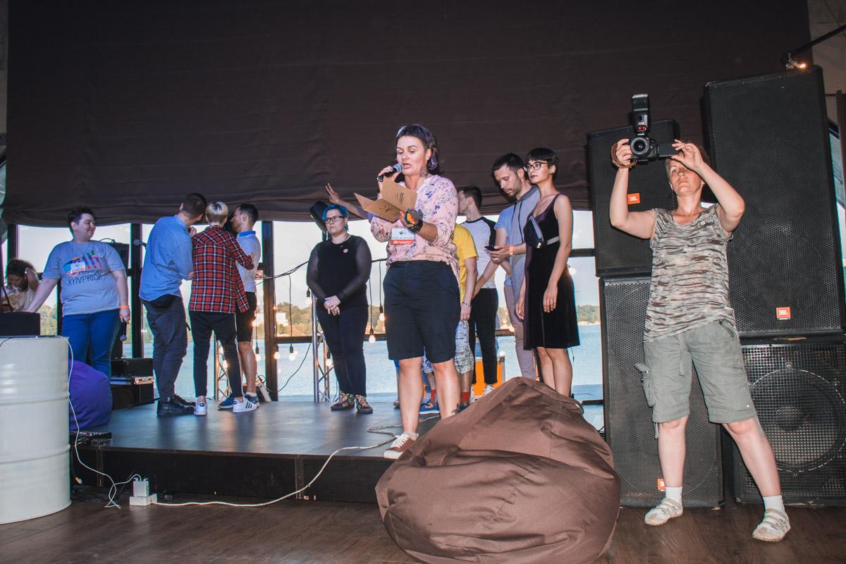 на Арт-причале (улица Набережно-Крещатицкая) показывали яркие перформансы, угощали коктейлями, разыгрывали призы и смотрели фильмы.