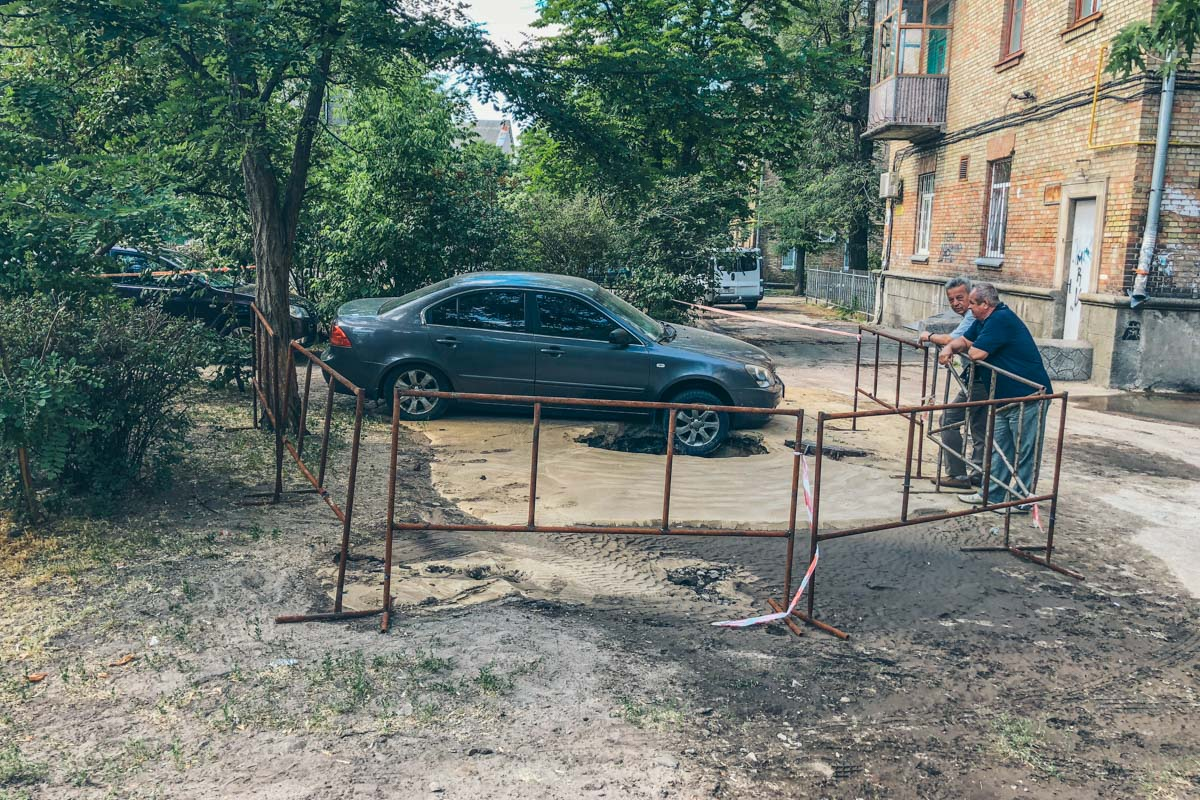 Утром во дворе жилого дома 13/9 по улице Бажова прорвало трубу около одного из люков