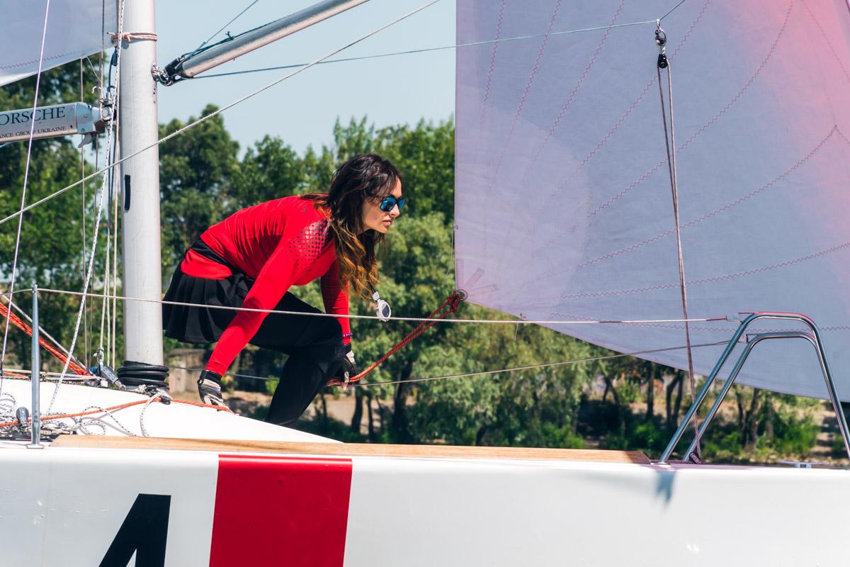 Девушка на корабле - к победе