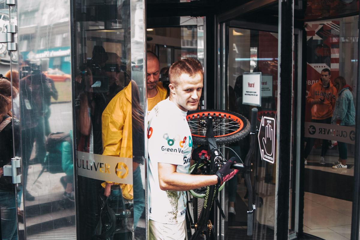 Польский спортсмен Кристиан Герба установил в Киеве рекорд, поднявшись на велосипеде на 35 этаж БЦ Gulliver