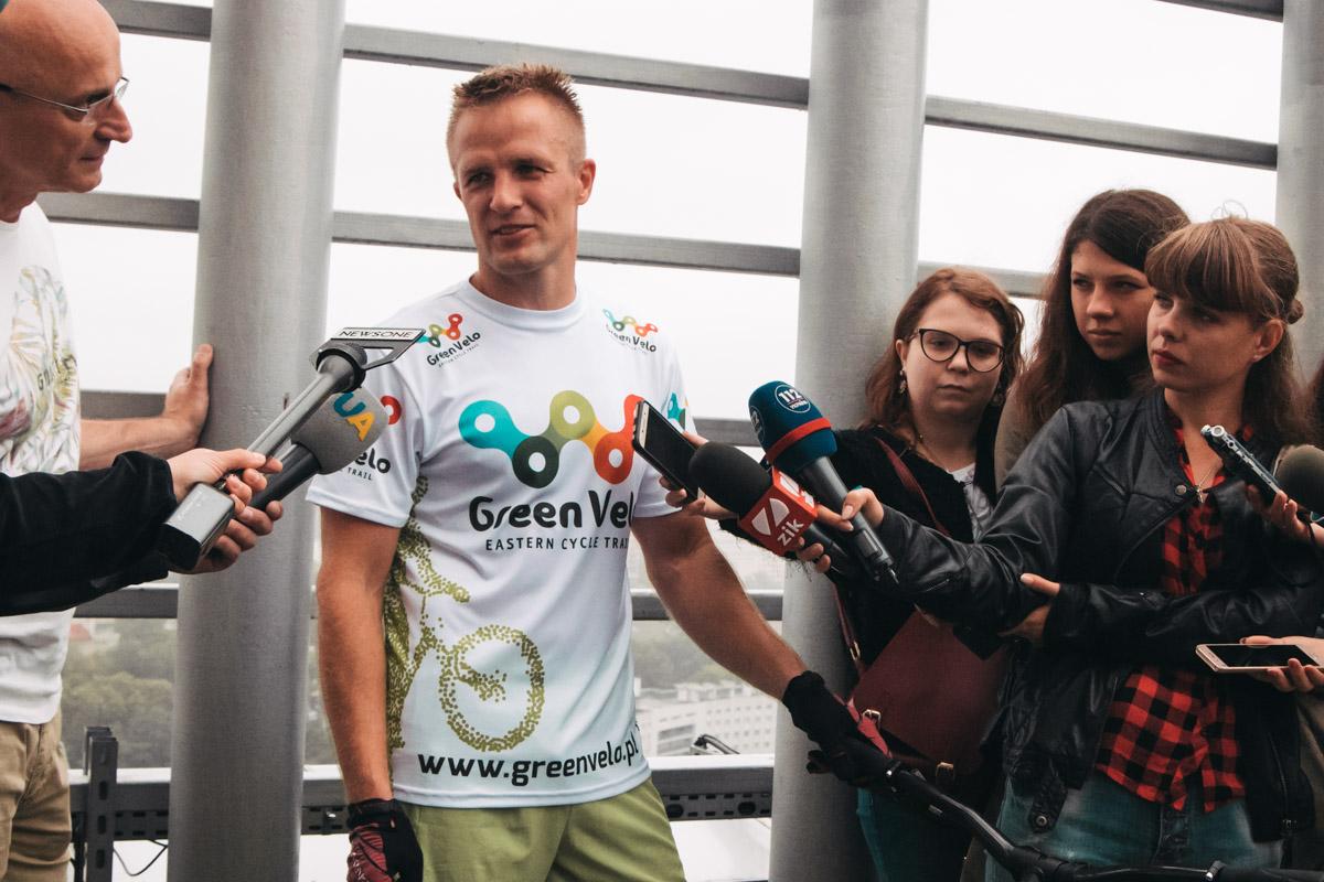 После удачного триумфа на спортсмена напали с вопросами журналисты