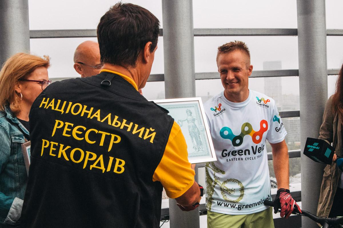 На 35 этаже бизнес-центра велосипедисту вручили диплом о новом рекорде Украины