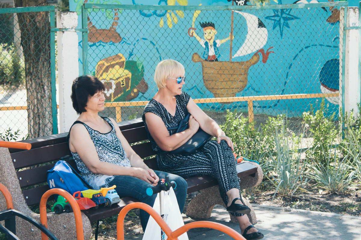Для удобства возле детской площадки установлены лавки