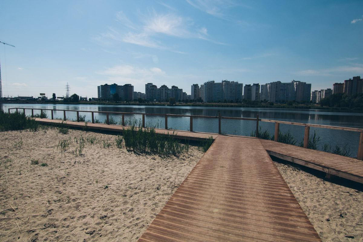 А возле озера есть благоустроенная зона для прогулок с видом на воду
