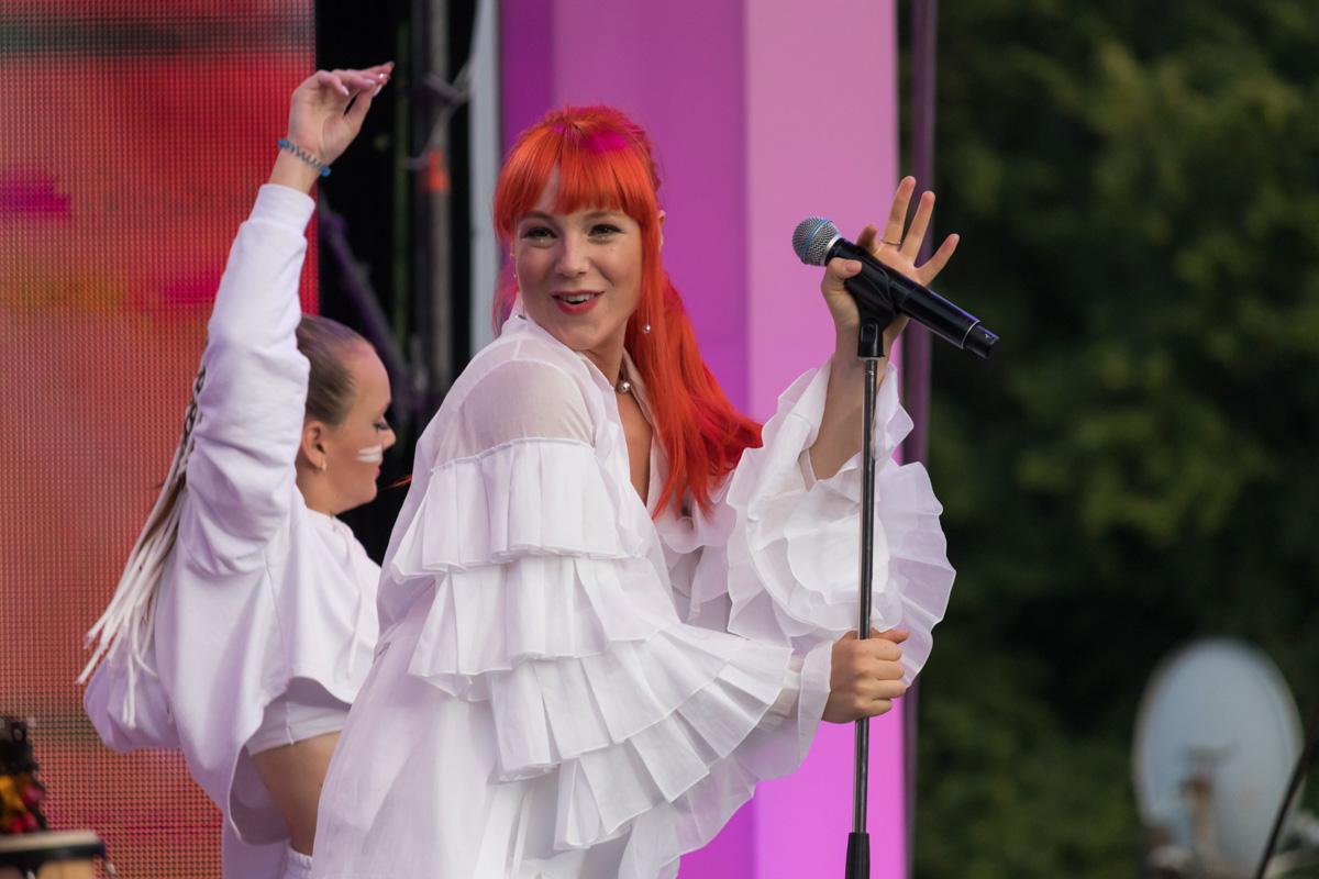 TARABAROVA зажигательно танцевала на сцене на шестом месяце беременности