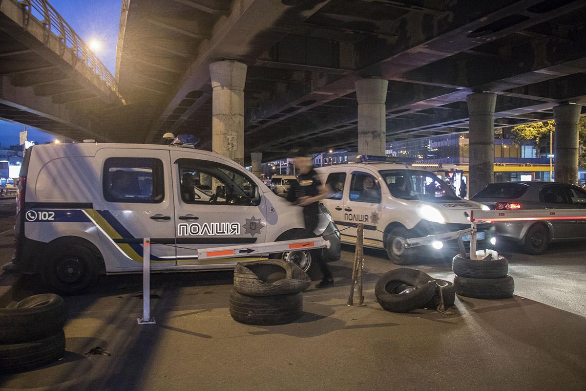 Про тело сообщил мужчина без определенного места жительства, который и обнаружил труп в техколодце