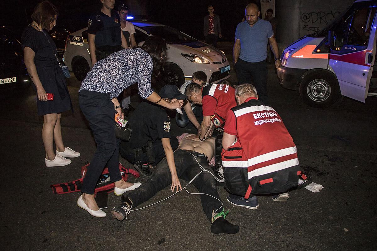"""Врачи скорой помощи пытались """"откачать"""" мужчину, но тот скончался на месте"""