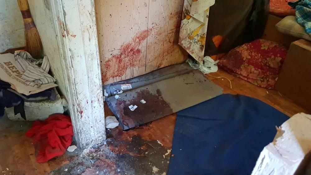 По некоторой информации, мужчину забили тяжелым предметом, и какое-то время он мог оставаться живой