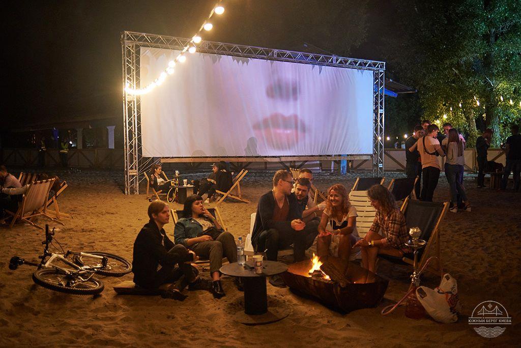 Кино со вкусом романтики, ведь здесь оно демонстрируется прямо на пляже