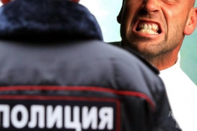 Помощник депутата покусал полицейского