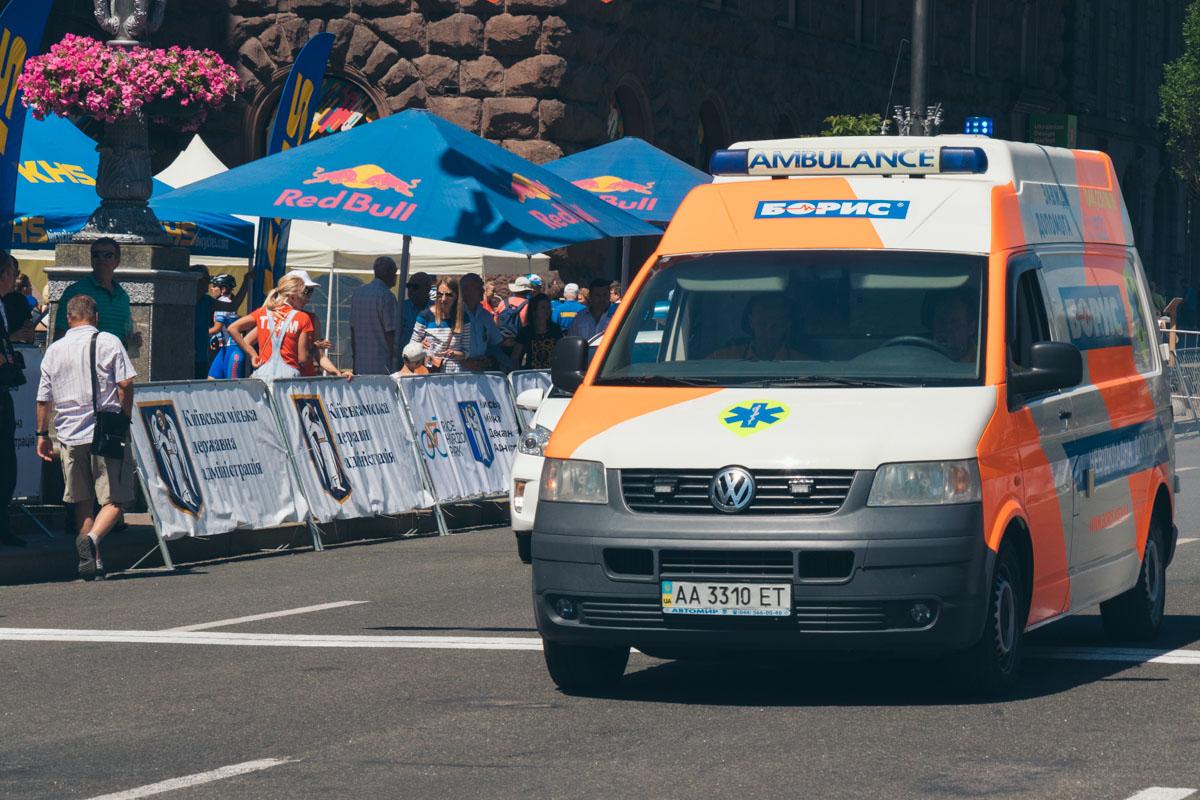Участники гонки выдерживают тяжелые нагрузки, поэтому скорая дежурила на каждом забеге