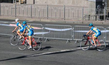 В Киеве стартовала женская велогонка: улицы города перекрыли